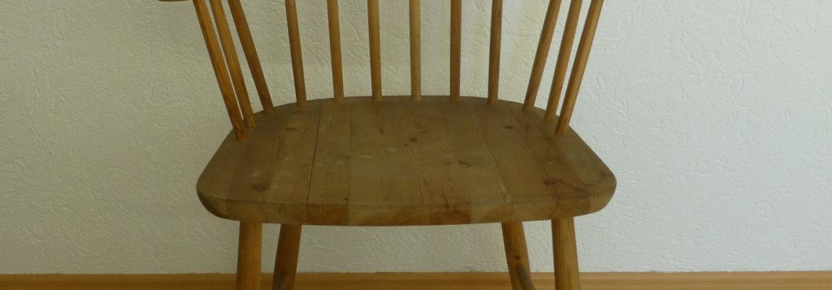 Holzstuhl mit Armlehnen